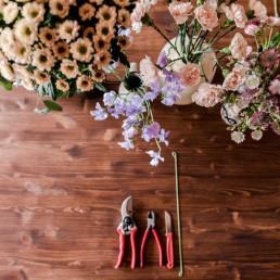 Werkzeug und florale Materialien für Blumenkranz Workshop JGA bei Ganz Unverblümt Straubing Deggendorf