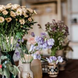 Verschiedene Vasenfüllungen mit Blumenauswahl für Kranzbindeworkshop von Ganz Unverblümt Regensburg