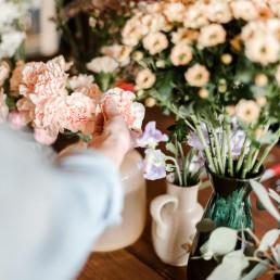 Apricot Nelken Peach Chrysanthemen und Eukylyptus für blumigen Haarschmuck im Workshop mit Meisterfloristin Franzi von Ganz Unverblümt Straubing Deggendorf