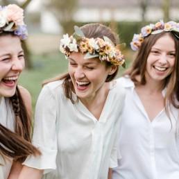 Spaß mit eigenen floralen Haarschmuck gefertigt mit Hochzeitsfloristin Franzi im Workshop Bayrischer Wald
