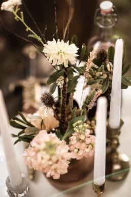 Nahaufnahme Tischdeko Hochzeit Kerzenständer und Hochzeitsfloristik von Ganz Unverblümt