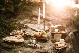 Tischdeko Hochzeit mit goldenen Kerzenständern im Abendlicht