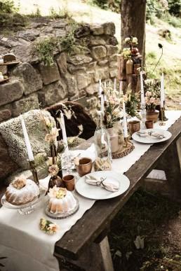 Tischdeko Hochzeit mit Boho Blumen und Kerzenständer gold von Ganz Unverblümt