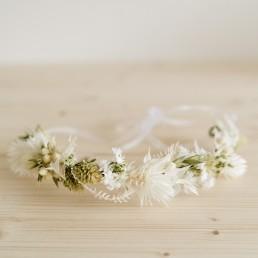 Zarter Haarkranz in weiß mit Trockenblumen von Ganz Unverblümt Straubing Bayrischer Wald